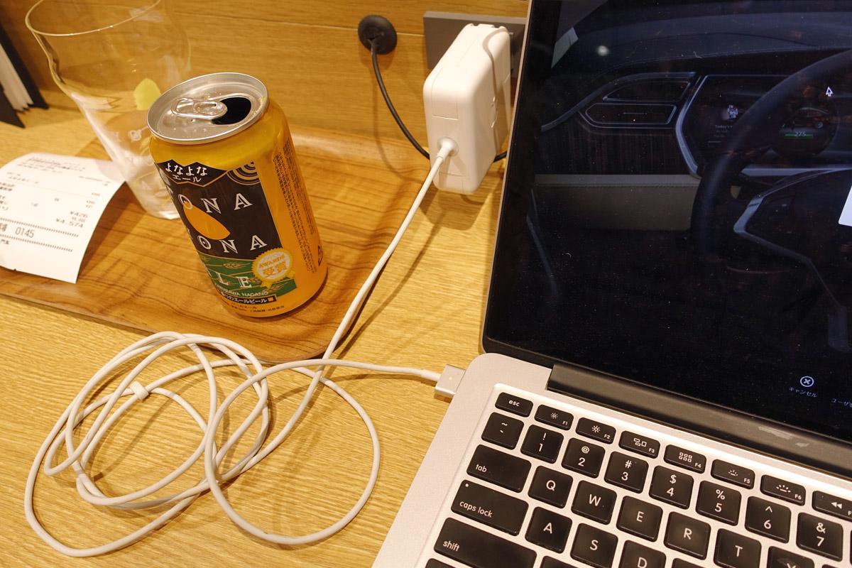 電源が完備された渋谷の楽天カフェ