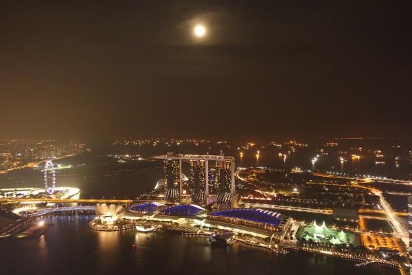 「マリーナ・ベイ・サンズ」を見下ろすシンガポール最高層ビルの屋上から撮影。 PHOTO:  SONY RX100 M3