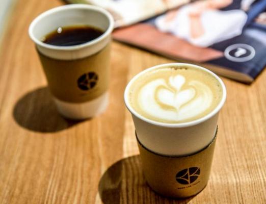 コーヒースタンドは、ハンドドリップのほか、ラ・マルゾッコのエスプレッソマシンを使っています。