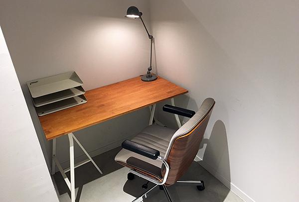 BOOK LAB TOKYOには「書く人」「描く人」のための席があります。執筆、プログラミング、イラストなど描く・書くに関することであればご利用頂ける特別なスペースです。
